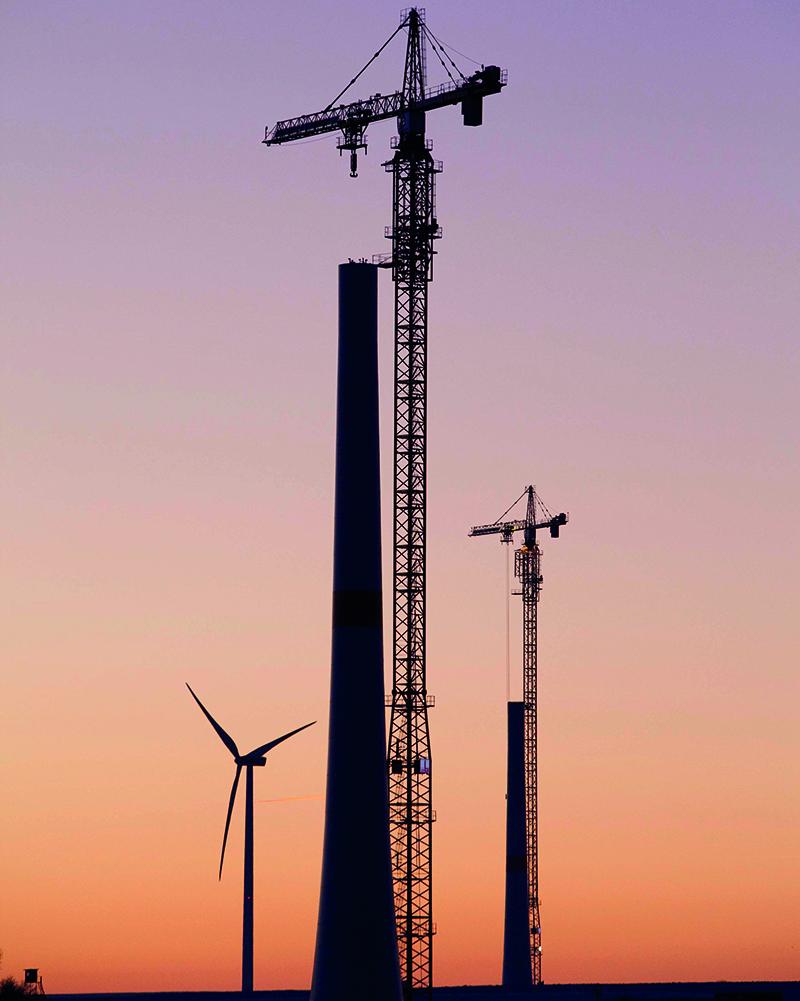 Montage Hybridturm mit Kletterkran (Bild: © Max Bögl GmbH)
