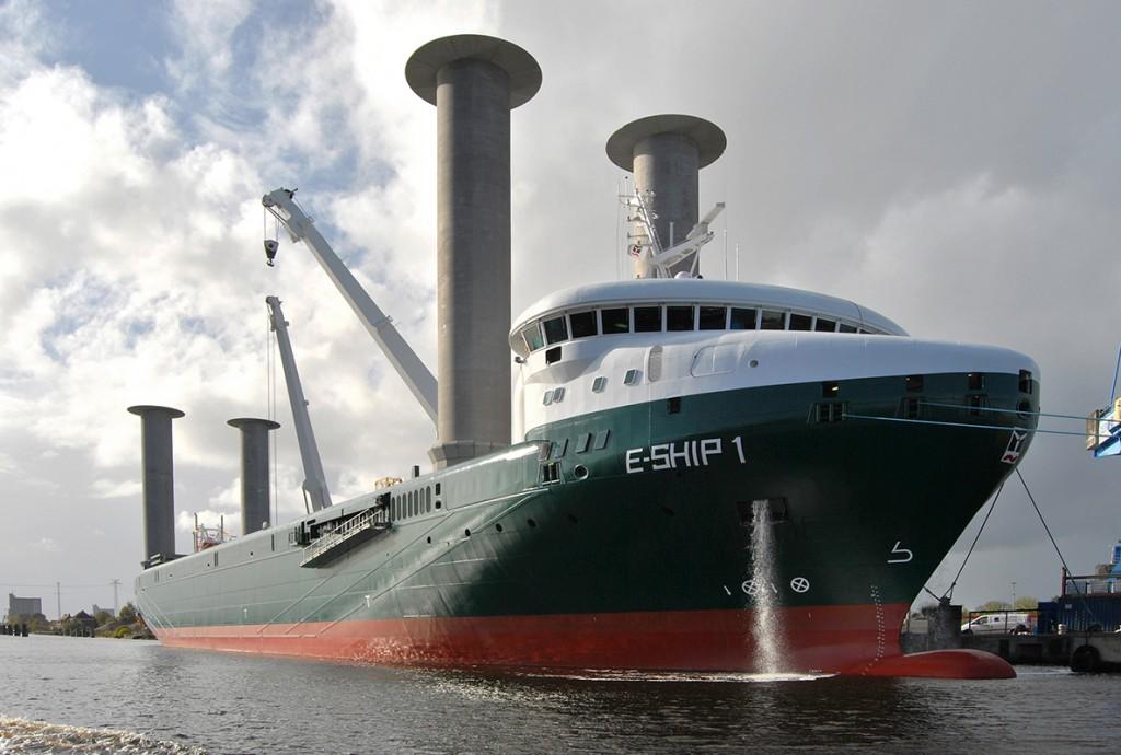 E-Ship 1 von Enercon (Bild: © Carschten / Wikimedia Commons / CC-BY-SA-3.0 (DE), via Wikimedia Commons / http://creativecommons.org/licenses/by-sa/3.0/de/deed.de)