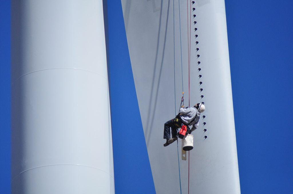Anbringen von Wirbelgeneratoren an einer Windenergieanlage (Bild: 3M)