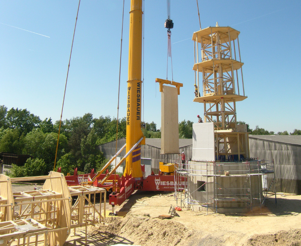 Aufbau des Holzturmes (Bild: Timbertower GmbH)